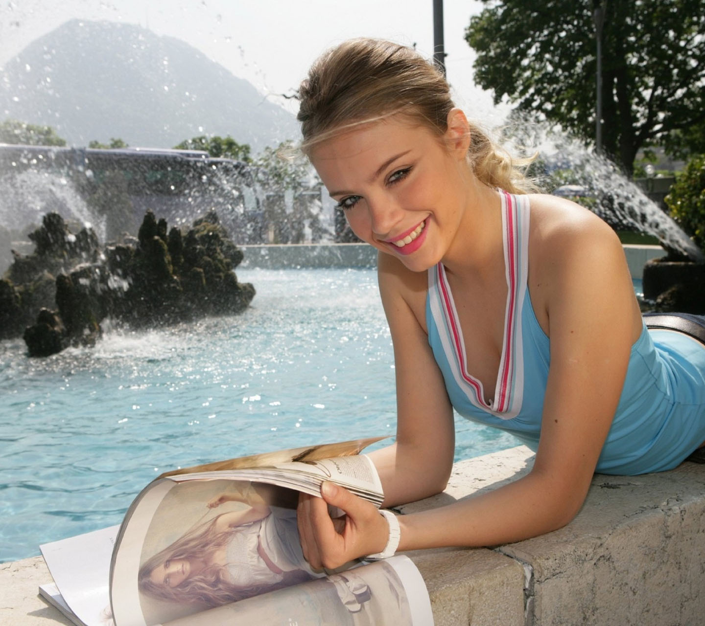 Click image for larger version.  Name:xenia-tchoumitcheva-wallpaper.jpg Views:11788 Size:244.1 KB ID:51870